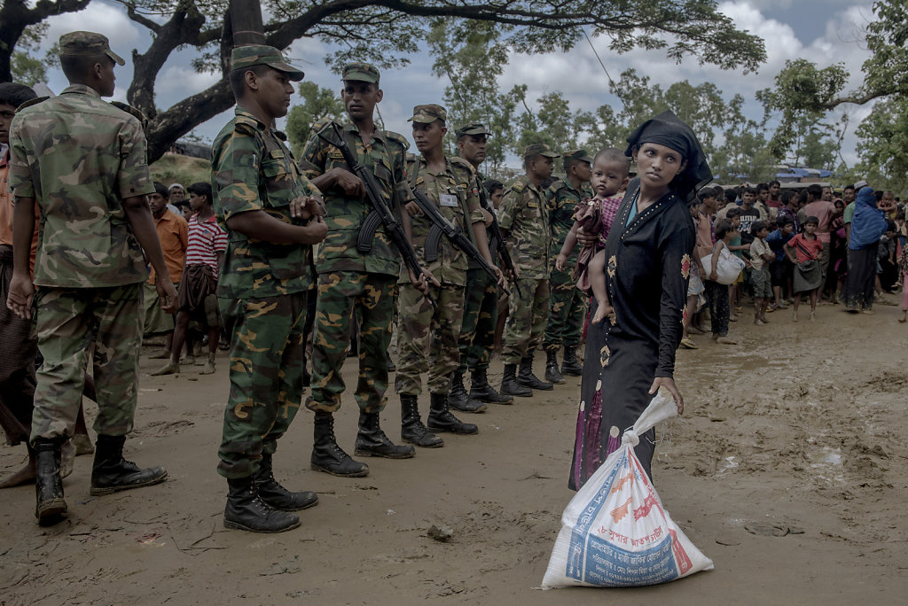 The Bangladesh army is present at the spontaneous and sporadic distributions of relief. At first, they were only observers. Now they are the ones, who organize the relief.